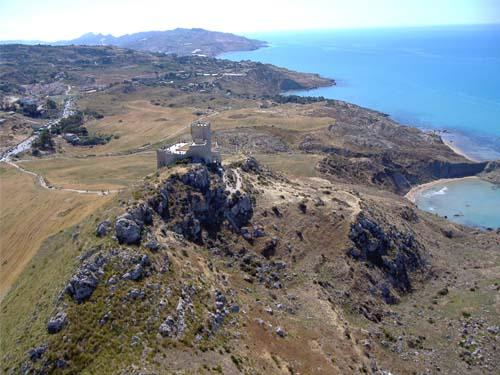 Foto panoramica ripresa da un ultraleggero con al centro il Castello che domina il mare dall'alto del costone