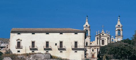 veduta esterna palazzo ducale con accanto la Chiesa Madre