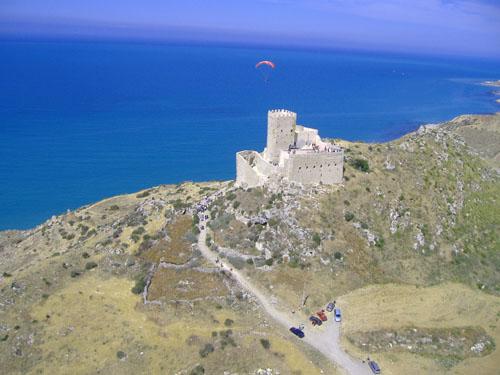 Foto del lato Nord del Castello con lo sfondo del mare e la via di accesso. La foto è stata ripresa dal un ultraleggero.