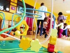 Foto di un asilo nido con bimbi ed assistenti che giocano